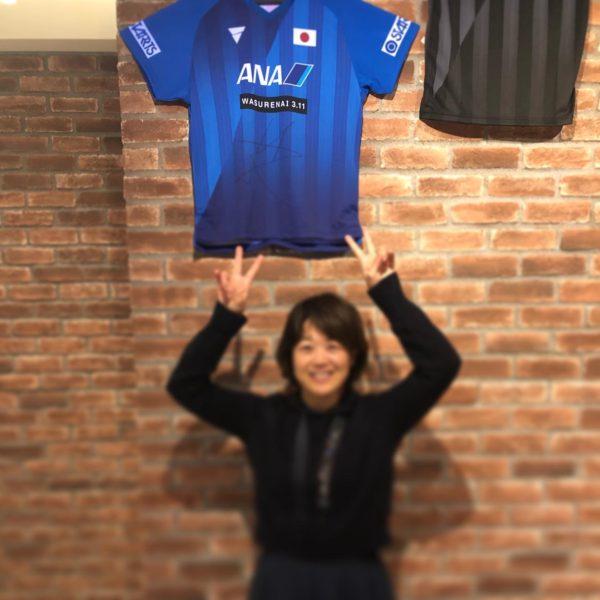 丹羽選手のサイン入りユニフォームと記念撮影